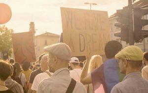 Ihmisiä osallistumassa Ljubljana Prideen.