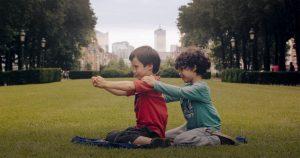 Aatos ja Amine leikkivät taikamatolla.